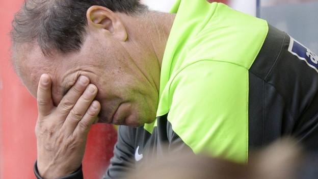 Der Aarauer Trainer Raimondo Ponte gefrustet beim Fussball Meisterschaftsspiel der Super League zwischen dem FC St. Gallen und dem FC Aarau in St. Gallen am Montag, 25. Mai 2015.
