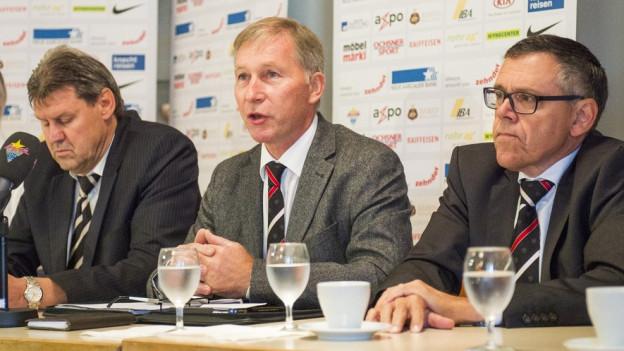 VR Roger Geissberger, Präsident Alfred Schmid und Sportchef Urs Bachmann bleiben an der Spitze des FC Aarau. Trotz Abstieg stehen die Aktionäre hinter dem Team.
