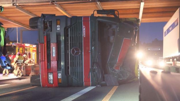 Der Lastwagen prallte gegen ein Betonelement, das die Fahrbahn von der Baustelle trennt.