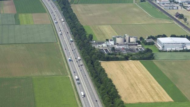 Kommt hier nun doch noch ein Tunnel drunter? Autobahn A1 im Solothurner Gäu von oben.