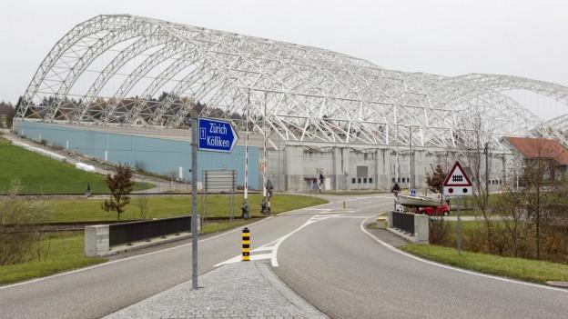 Nach der Sanierung der Deponie wird man bis Mitte 2019 noch das riesige Baugerüst der Halle über der SMDK sehen.