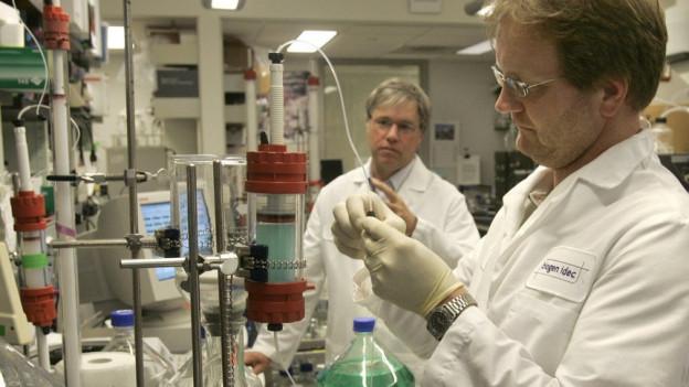 Spezialisten von Biogen im Labor.