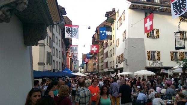 Menschenmenge in den Altstadtgassen.