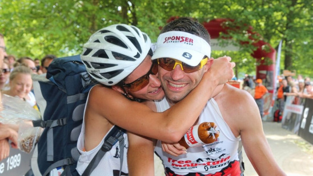 Zwei Athleten küssen sich