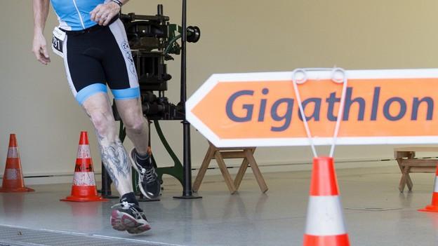 Ein Läufer rennt durchs Museum Schlössli in Aarau