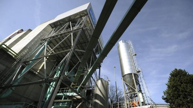 Ein Holzheizkraftwerk, ähnlich wie hier in Wallisellen, könnte bald im Fricktal stehen.
