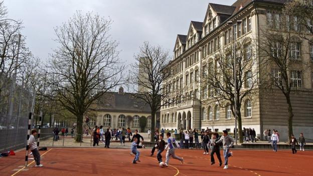 Der Schweizer trieb sein Unwesen auch auf Schulhausplätzen. Er sitzt in Untersuchungshaft.