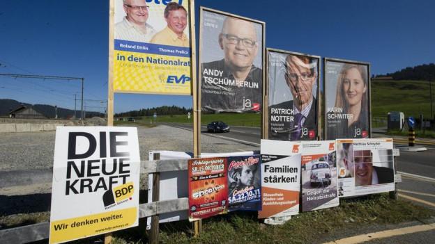 Plakate aus dem Jahr 2011 (Kanton Schwyz/Symbolbild). Ab 1.9. 2015 gibt es im Kanton Solothurn spezielle Regeln dafür.