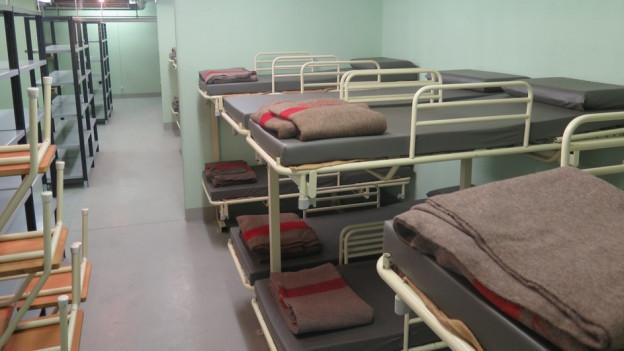 Das unterirdische Notfallspital, unter dem Kantonsspital Baden, bietet Platz für bis zu 200 Asylbewerber. Die Platzverhältnisse sind eng.