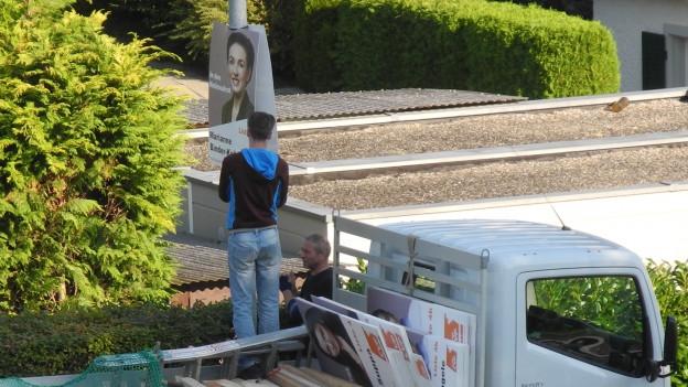 Wahlhelfer montieren Plakat