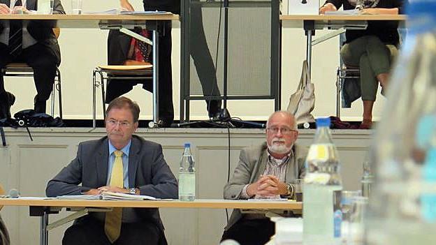 Walter Dubler (l.) verfolgt die Einwohnerratssitzung am Montag ziemlich regungslos.
