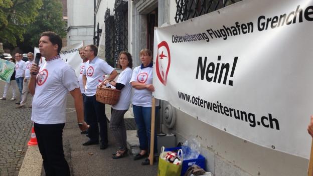 Der frühere Kantonsrat Simon Winkelhausen aus Selzach spricht an der Demonstration gegen die Pistenverlängerung.