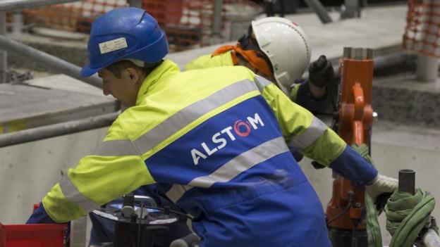 Alstom-Mitarbeiter mit Helm am Arbeiten