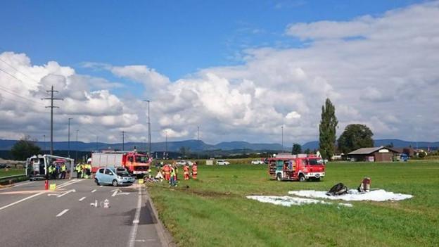 Polizei und Feuerwehr waren in Muhen auf der Suhrentalstrasse im Einsatz – die verletzte Autolenkerin und der verletzte Pilot wurden per Helikopter respektive mit einer Ambulanz in Spital gebracht.