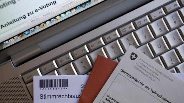 Laptop mit Unterlagen zur Stimmabgabe.