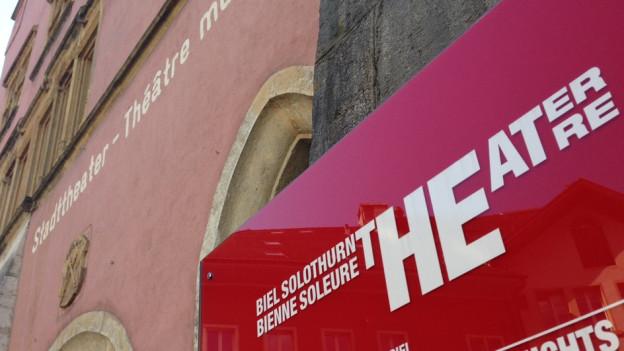 Schild vor dem Eingang des Theater Orchester Biel Solothurn