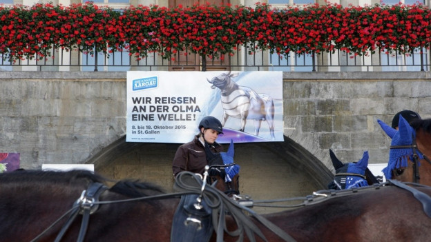 Reiterin vor dem Regierungsgebäude in Aarau.