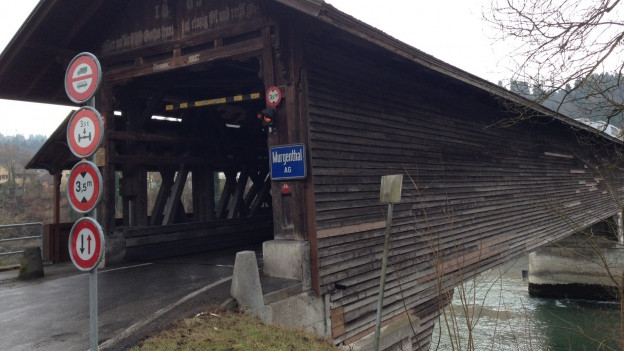 Holzbrücke mit dem Ortsschild von Murgenthal dran.