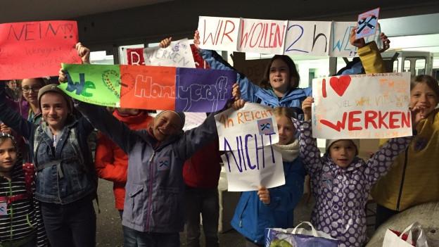 Schüler protestieren vor der Sitzung des Einwohnerrates gegen Kürzungen im Werkunterricht.