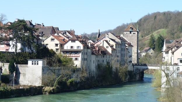 Brugg: Altstadt mit Turm am Fluss Aare