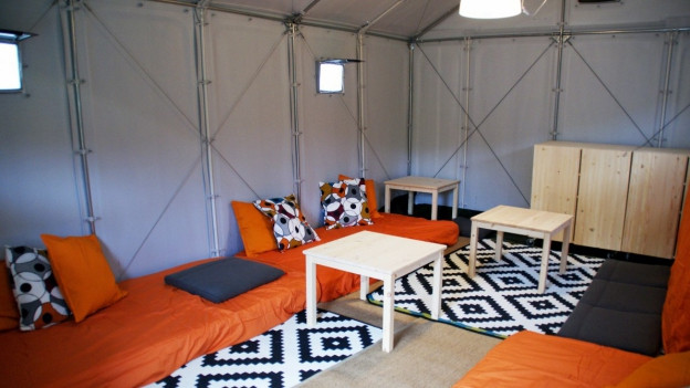 Das Innere der «Shelters» kann verschieden eingerichtet werden, beispielsweise als Aufenthaltsraum oder Schlafzimmer.