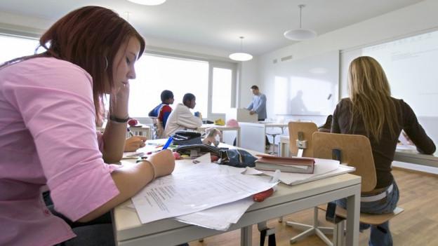 Schülerinnen in einem Schulzimmer