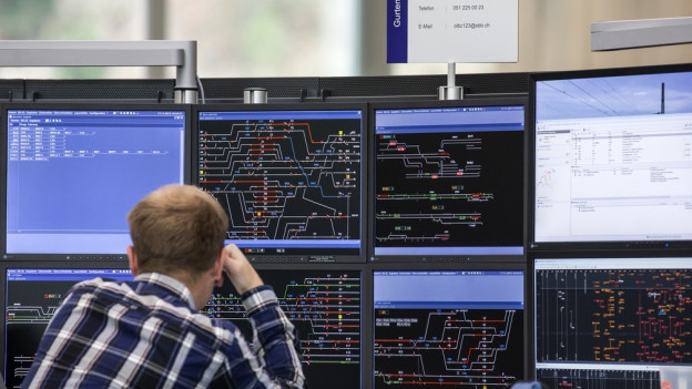 Ein SBB-Mitarbeiter in Olten vor den komplexen Übersicht über den Zugsverkehr in der Region Mitte.