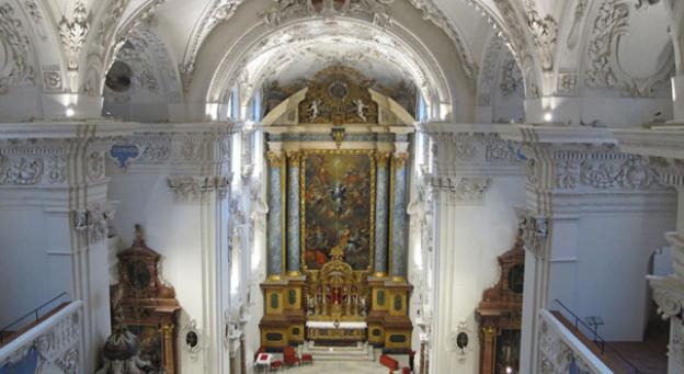 Blick in das Innere der Kirche mit dem Altar.