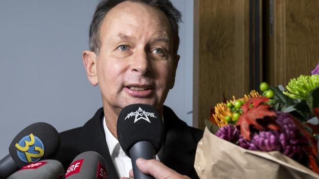 Der neu gewählte Philipp Müller (FDP) spricht zu den Medien über seine Wahl.