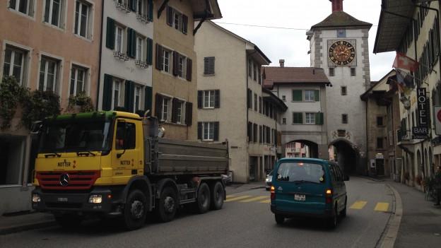 Erstickt im Verkehr: die Altstadt von Mellingen. Rund 17'000 Fahrzeuge fahren hier jeden Tag durch.