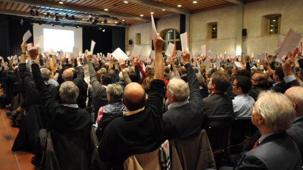Stimmbürger im Solothurner Landhaus heben die Hand zum Abstimmen.