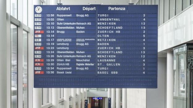 Anzeigetafel am Bahnhof Aarau.