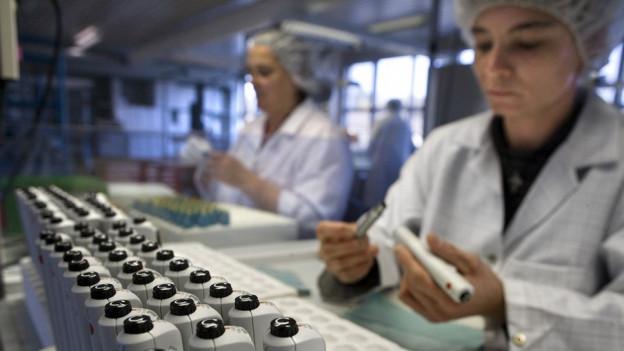 Mehrere Personen arbeiten in einem Labor von Ypsomed.