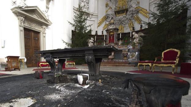 Verbrannter Altarraum in der St.Ursen-Kathedrale