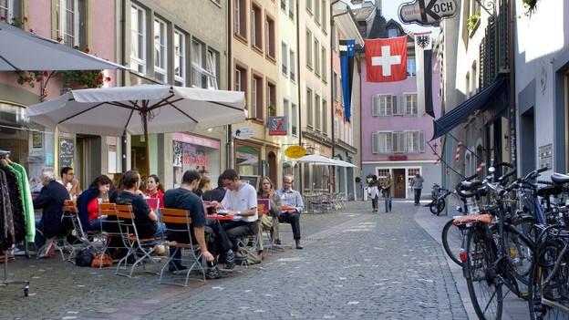 Sitzplätze einer Beiz in der Altstadt von Aarau