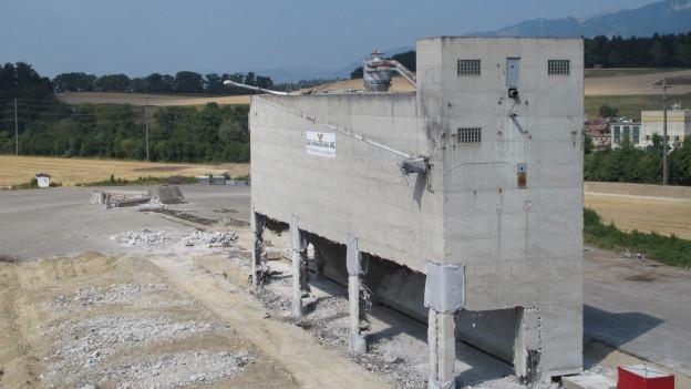 Zu sprengendes Gebäude steht noch.