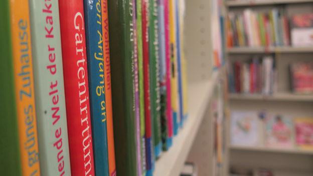 Blick in ein Bücherregal.