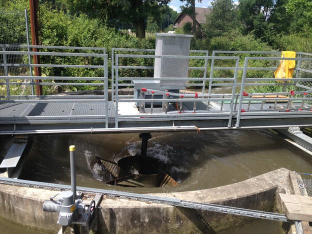 Das Kraftwerk mit braunem Wasser von oben.