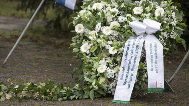 Schüler und Lehrer aus Rupperswil gedenken der Opfer des Tötungsdelikts