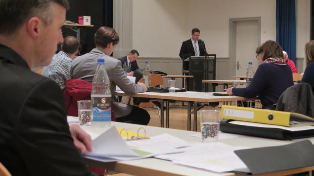 Blick auf debattierende Einwohnerräte in Wohlen.
