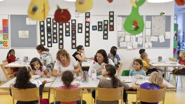 Im Aargau müssen Gemeinden künftig Angebote für Kinderbetreuung mitfinanzieren, das hat der Grosse Rat entschieden.