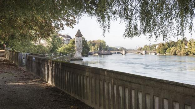 Rheinfelden erhält den Wakkerpreis: Der Rheinweg Spazierweg mit dem Messerturm im Hintergrund und der alten Rheinbrücke.