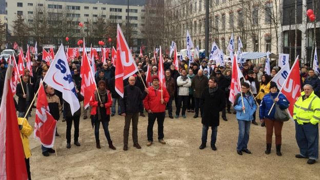 Über 500 Personen haben gegen den Stellenabbau demonstriert