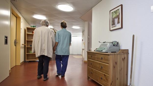 ältere Person und Betreuerin im Pflegeheim