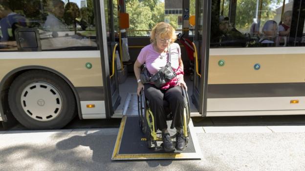 Um mit dem Rollstuhl den Bus benützen zu können müssen sowohl Bus als auch Perron entsprechend ausgerüstet sein.
