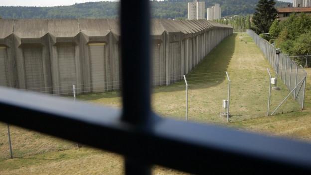 Ein zum Tatzeitpunkt minderjähriger Aargauer Mörder bleibt auch nach Ablauf der Jugendstrafe hinter Gittern.