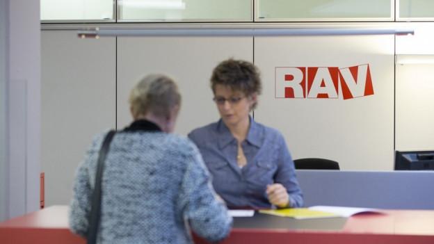 Arbeitslose bei Beratung auf dem RAV.