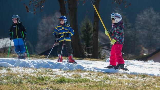 Absagen, Wandern oder weit mit dem Car fahren... die Skilager gehen unterschiedlich mit dem Schneemangel um.