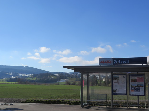 Haltestelle der Regionalbahn in Zetzwil mit Blick auf Naturlandschaft.