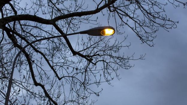Bleibt in Zukunft dunkel: Strassenlampe in Würenlos (Symbolbild).